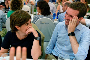 Fotografía facilitada por el Partido Popular de sus candidatos a la presidencia del partido, Soraya Sáenz de Santamaría y Pablo Casado (d), durante la cena del Grupo Popular celebrada el pasado 10 de julio en Madrid. - FOTO: EFE/David Mudarra