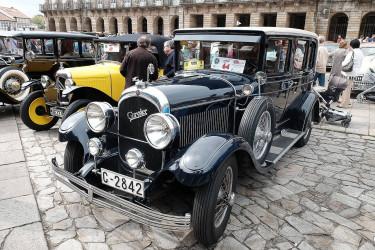 Exposición de coches antiguos en la Praza do Obradoiro, en Compostela