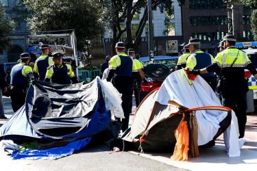 Desalojan a las personas que llevan semanas acampadas en la Plaza de Catalunya