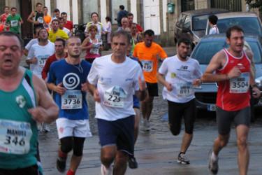 Adultos a su paso por la Praza da Universidade (07)