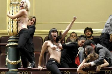 Activistas protestan en el Congreso de los Diputados reivindicando el aborto