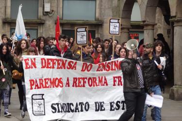 """Centenares de estudiantes maniféstanse en Santiago para reivindicar que """"a ensinanza non se vende"""""""