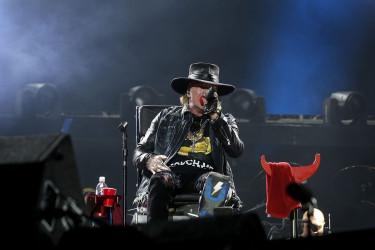 Axl Rose debuta con el pie roto como vocalista de AC/DC
