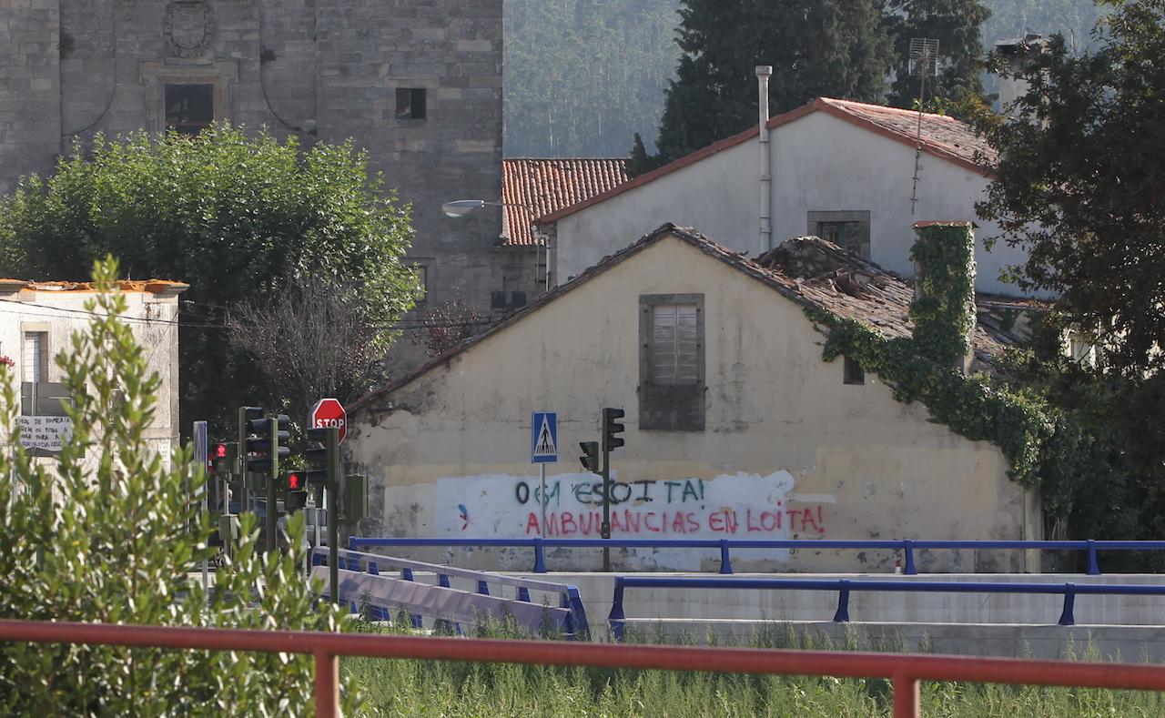 Los vecinos quieren utilizar la vivienda en ruinas que aparece en primer término - FOTO: Ramón Escuredo