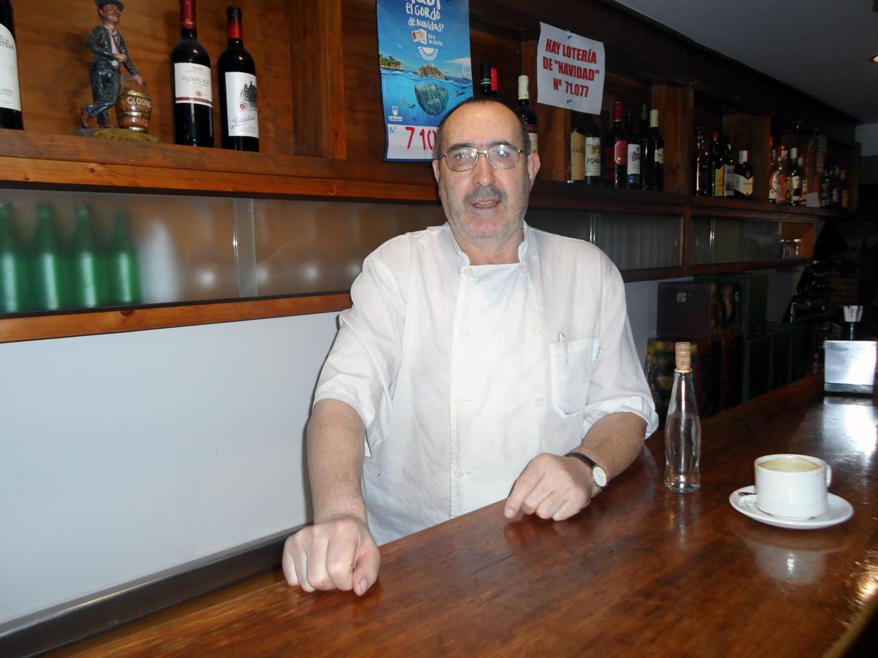 Despois de 35 anos traballando nesta rúa, Antonio Rodríguez defende que a peonalización atrae máis xente - FOTO: G.L.O.