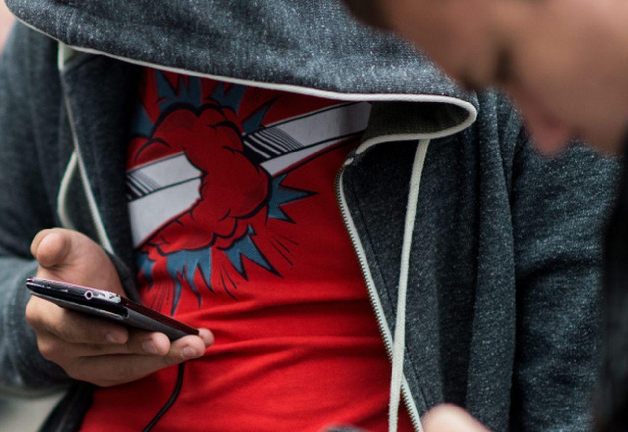 TECNOLOGÍA Dos jóvenes mirando sus respectivos móviles jugando a 'Pokemon Go'.  - FOTO: EFE / EPA / Christian Bruna