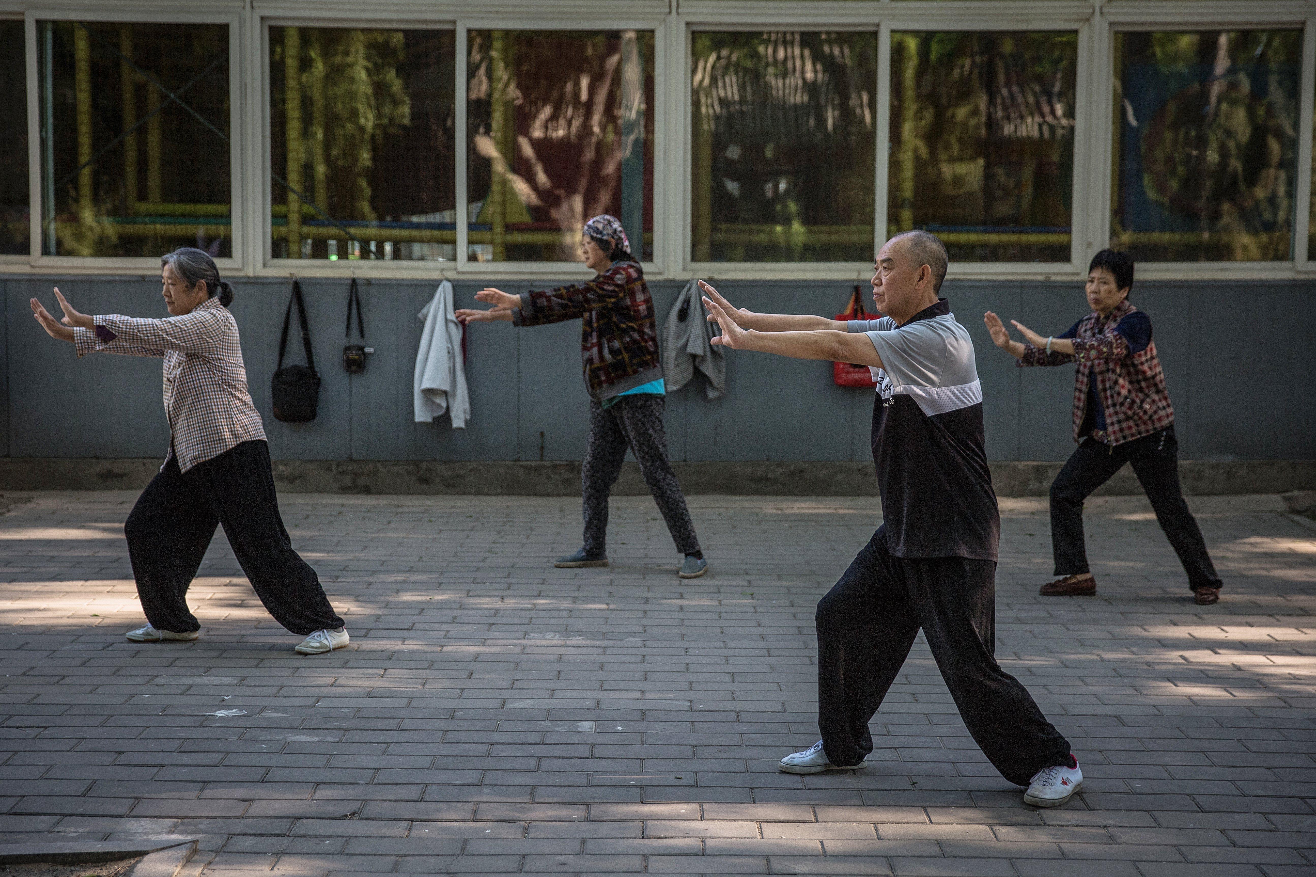 Chinos practicando movimientos de Tai Chi  - FOTO: EFE