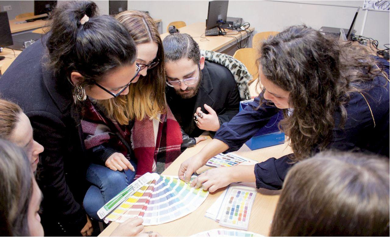 Alumnos de la Escola de Arte Superior de Deseño (EASD) Mestre Mateo, con sede en la rúa Virxe da Cerca, en una de sus clases. - FOTO: Sergio Villar / EASD Mestre Mateo