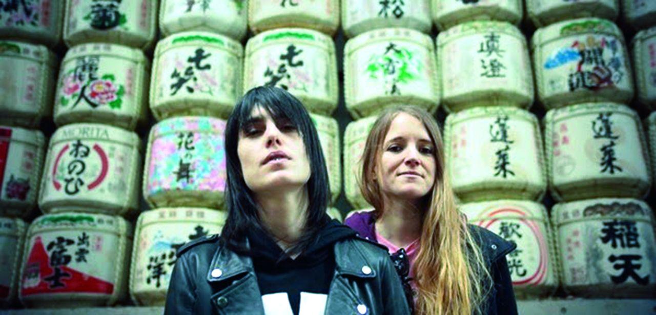 Encima, Violeta y Anxela, las Bala, en un templo japonés, en el curso de su gira por el País del Sol Naciente. Debajo, el Comando Katana al completo. Erín es el segundo por la izquierda. Al fondo, los explosivos Novedades Carminha