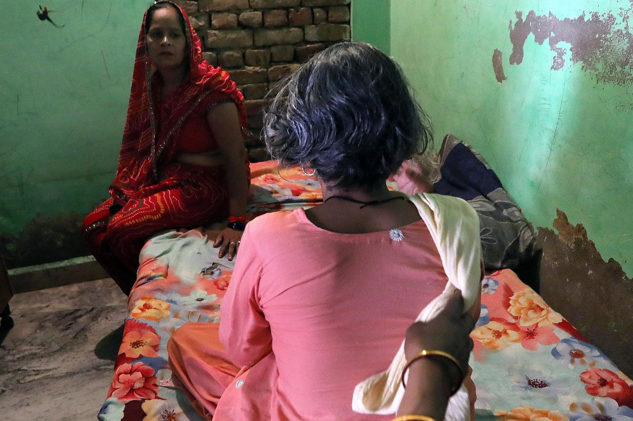 Shri Devi, de 49 años de edad, muestra su cabello después de que un desconocido cortase sus trenzas, a las afueras de Nueva Delhi - FOTO: EFE