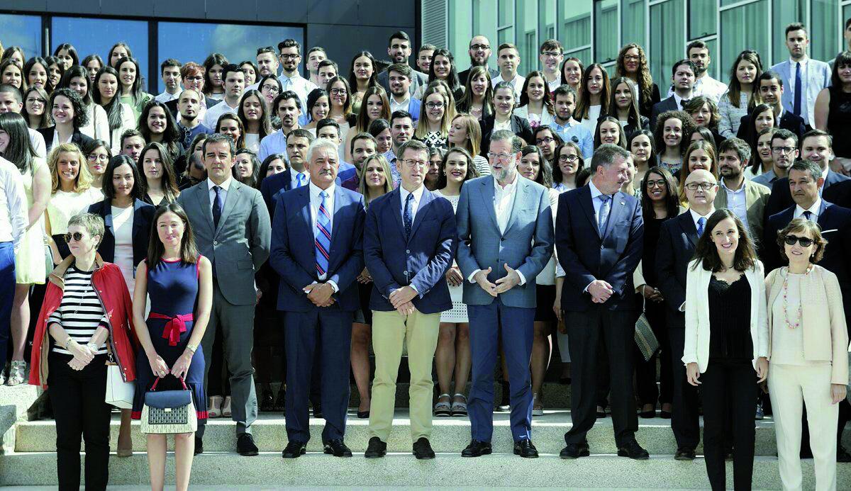 Las autoridades y directivos del grupo Hotusa posaron para la fotografía en las escaleras del auditorio de Chantada con los jóvenes empleados de la compañía en la localidad lucense