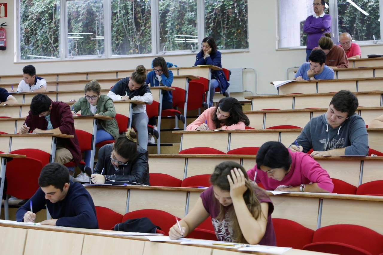 Alumnos de bachillerato realizando la prueba de selectividad - FOTO: ECG