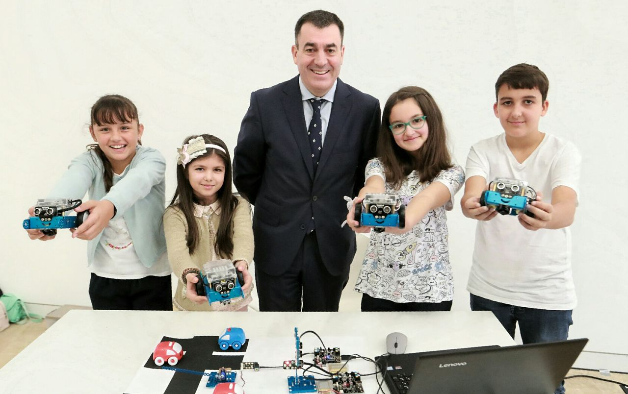 O conselleiro Román Rodríguez xunto con catro dos rapaces participantes na xornada - FOTO: Xunta