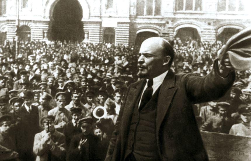 Vladimir Ilich Lenin, en uno de sus primeros mítines, recién llegado de su cómodo exilio de Zúrich, donde vivía en la Spiegelgasse, cerca de Tristán Tzara - FOTO: XF/ARCHIVO DOCUMENTAL SOVIÉTICO