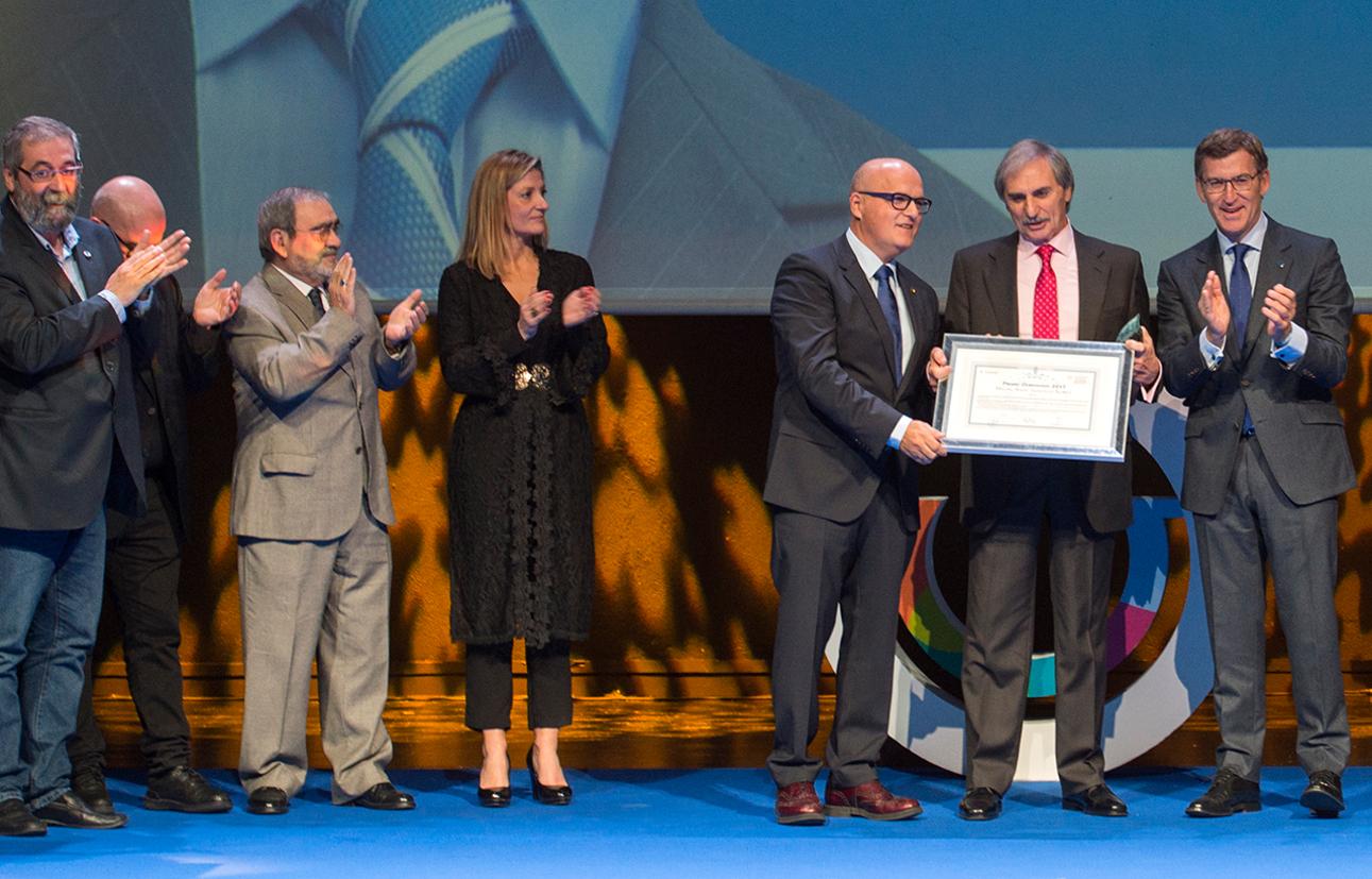 GALARDÓN Na dereita da imaxe Miguel Ángel entre Baltar e Feijóo na entrega do premio Ourensemanía.  - FOTO: G.