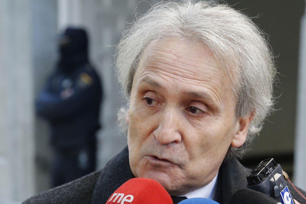 El abogado de Miguel Ángel Flores contesta a las preguntas de los periodistas a su llegada al Tribunal Supremo - FOTO: EFE/Mariscal