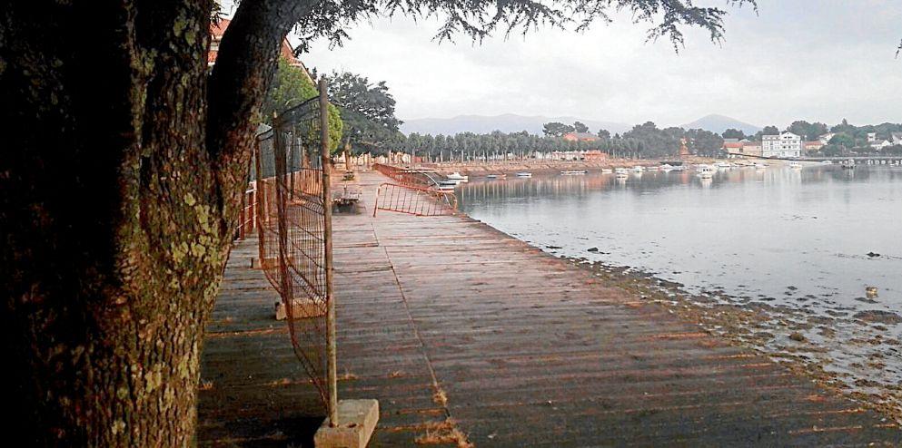 El paseo marítimo de Esteiro presenta un estado lamentable y algunos tramos están cerrados por seguridad - FOTO: M.G.