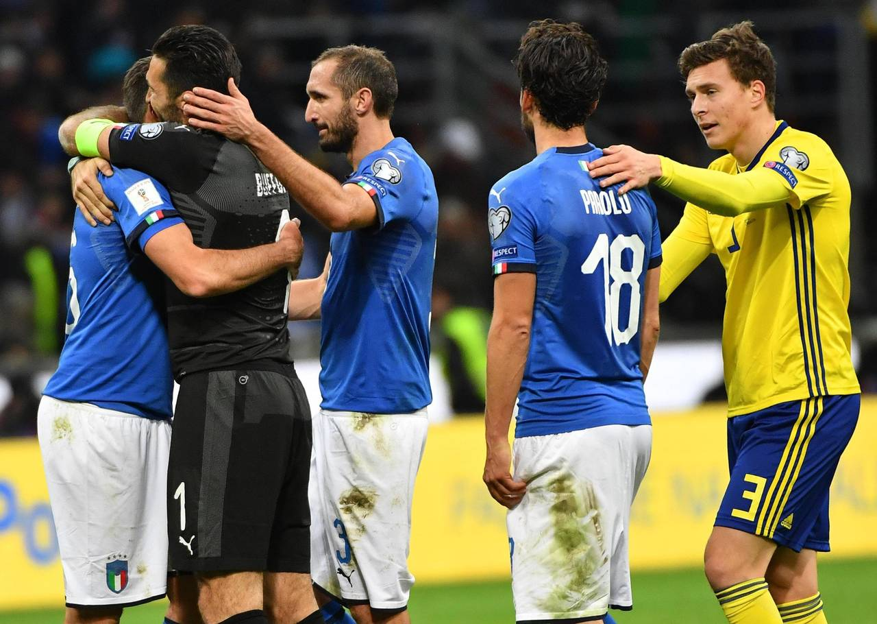 (i-d) Los italianos Andrea Barzagli, el arquero Gianligi Buffon, Giorgio Chiellini y Marco Parolo reaccionan tras perder la clasificación al Mundial de Rusia 2018 al término del partido de fútbol de vuelta entre Italia y Suecia por la eliminatoria de clasificación para la Copa Mundial de la FIFA 2018 hoy, lunes 13 de noviembre de 2017, en el estadio Giuseppe Meazza de Milán (Italia) - FOTO: EFE/DANIEL DAL ZENNARO