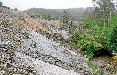 Escombrera próxima a la mina de San Finx que desemboca en el río del mismo nombre - FOTO: ContraMINAción