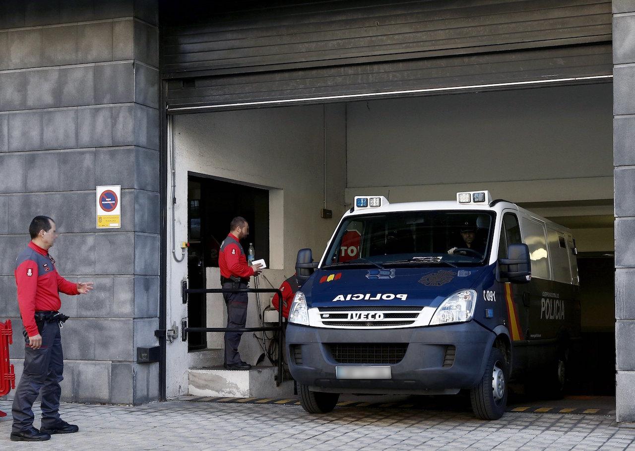Un furgón policial en el que viajan los integrantes de 'La Manada' abandonando este martes los juzgados de Pamplona - FOTO: Efe