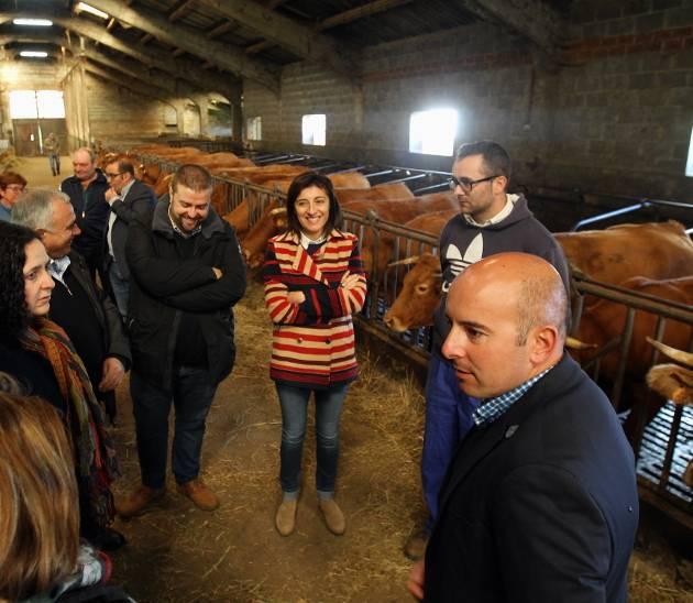 Ángeles Vázquez, centro, en una granja en Friol - FOTO: CMR