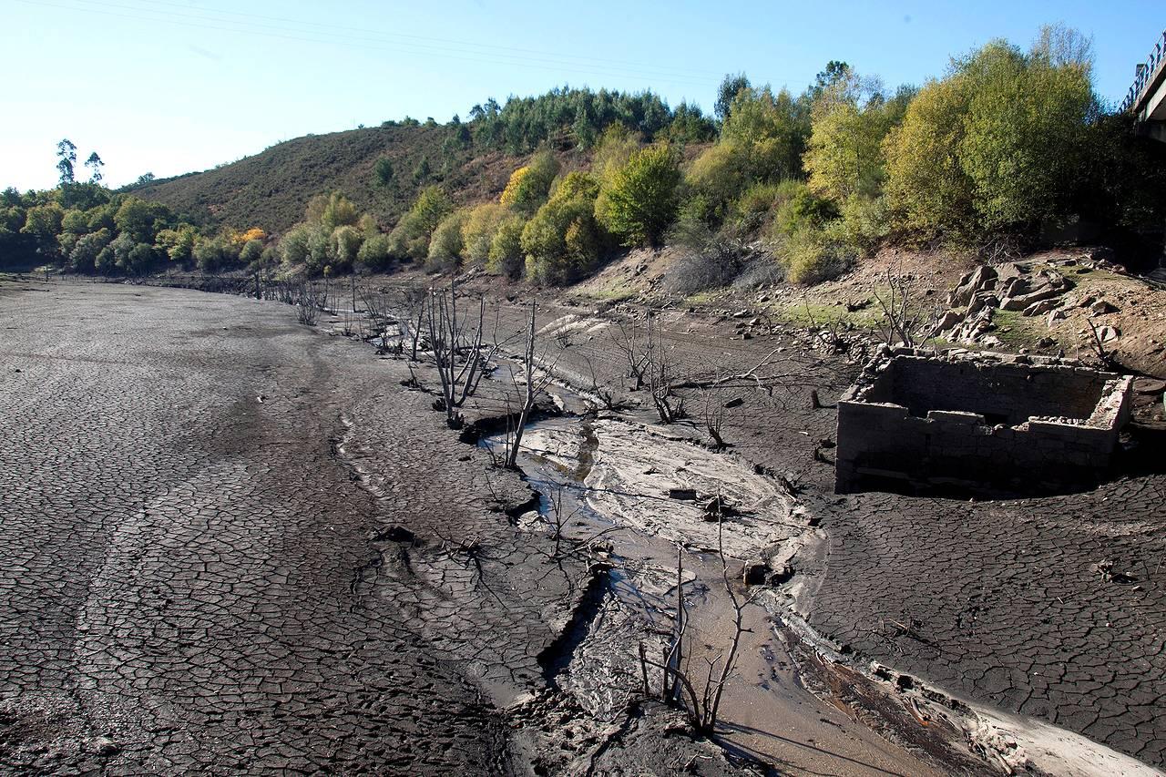 FORNELOS DE MONTES(PONTEVEDRA) 14/11/2017.- Vista general del embalse de Eiras, uno de los que abastece de agua a la ciudad de Vigo, los embalses que abastecen de agua a la ciudad de Vigo están bajo mínimos, el director general de Aguas de Galicia, Roberto Rodríguez, ha urgido hoy a los municipios afectados por la activación de la alerta por sequía en los sistemas de los ríos Verdugo, Baíña y Lagares y de los ríos de Oia y O Rosal a reducir el consumo en un 10% en un plazo de diez días.  - FOTO: EFE / Salvador Sas