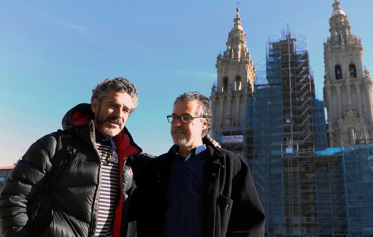 Leonardo Sbaraglia, a la izquierda, con el director de Cineuropa, José Luis Losa, en el Obradoiro - FOTO: EFE/Xoán Rey
