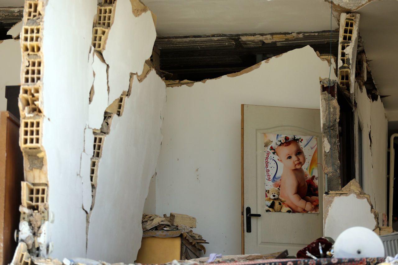 Vista del interior de un edificio dañado tras el fuerte terremoto de 7,3 grados en la escala de Richter que asoló la provincia de Kermanshah, en la ciudad de Pole-Zahab (Irán) - FOTO: EFE/ Abedin Taherkenareh