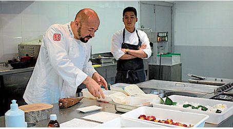 El chef Iñaki Bretal en el showcookiing - FOTO:  CIFP Compostela