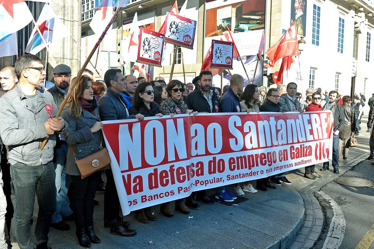 Protestas por los despidos del Santander en el Pastor Popular en los cantones de A Coruña   - FOTO: ALMARA