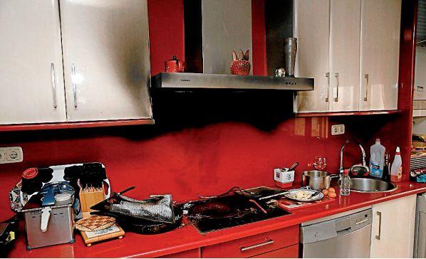 Estado en el que quedó la cocina de la rúa Escultor Asorey tras el fuego - FOTO: F. Blanco