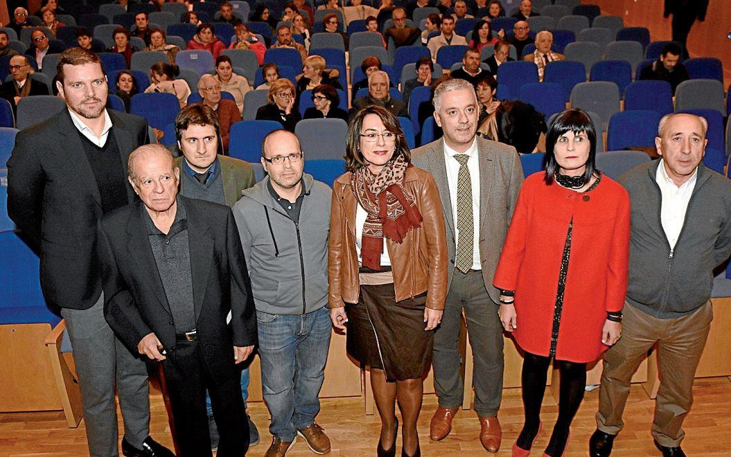 Foto de familia dos premiados e das autoridades presentes na gala - FOTO: Puri Sangiao