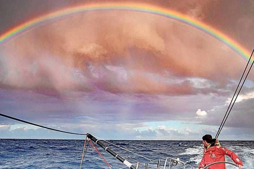 Charles Caudrelier, patrón del 'Dongfeng', observando el Atlántico - FOTO: Efe