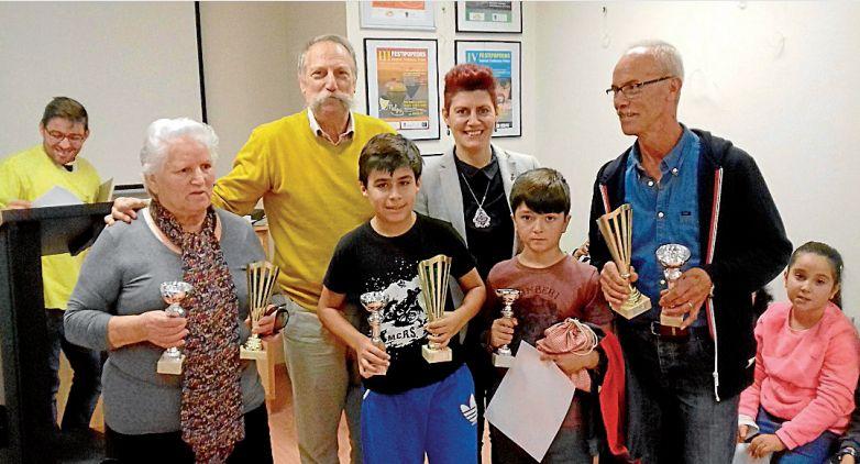Ganadores del Festipopeóns con el director del Melga y la escritora Mercedes Queixas - FOTO: Melga