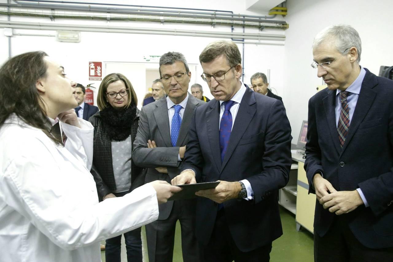 Feijóo y Conde reciben explicaciones sobre la pizarra en su visita a Valdeorras. - FOTO: XOÁN CRESPO