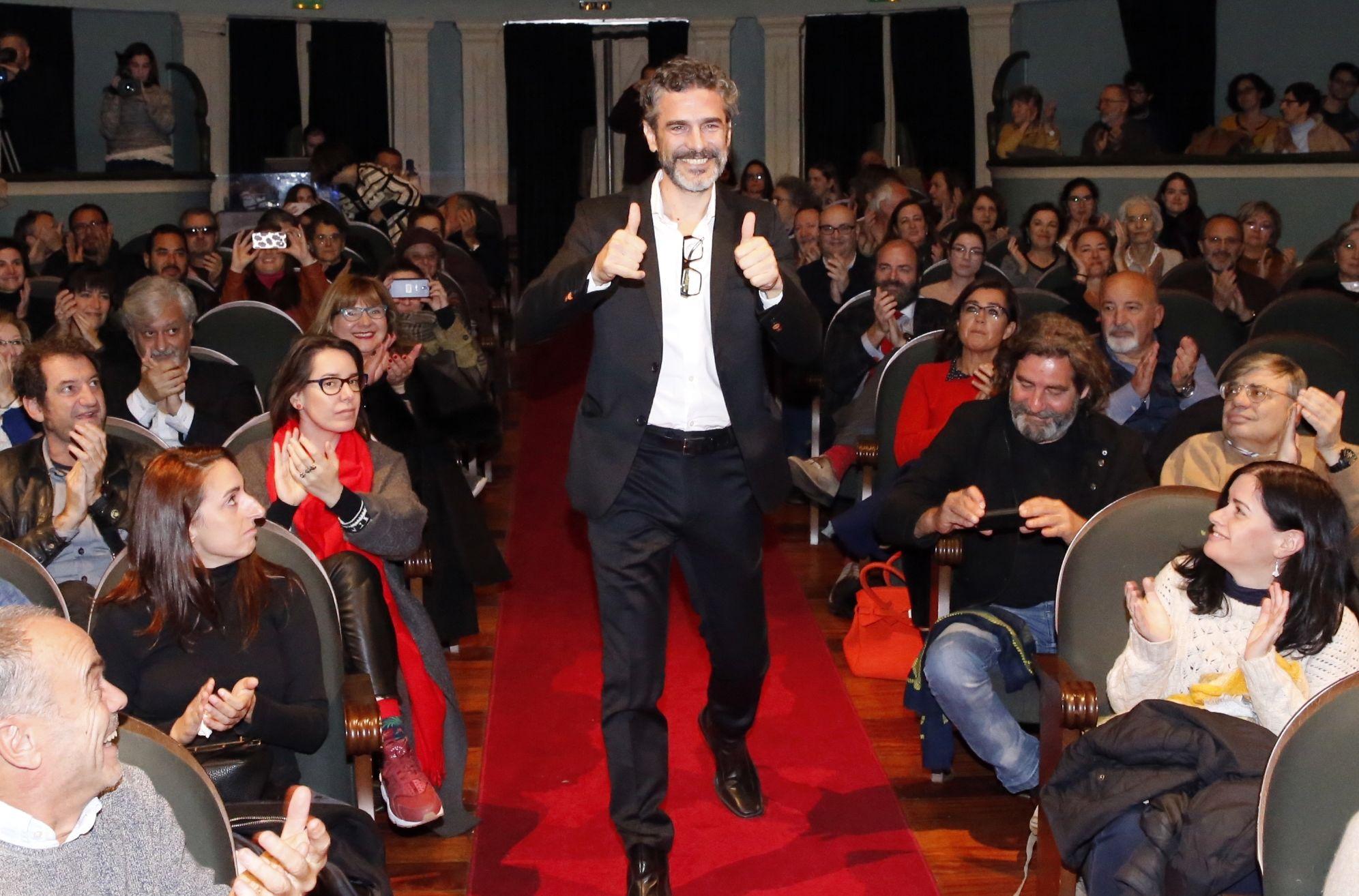Leonardo Sbaraglia entró en el teatro Principal envuelto en una gran ovación  - FOTO: Fernando Blanco
