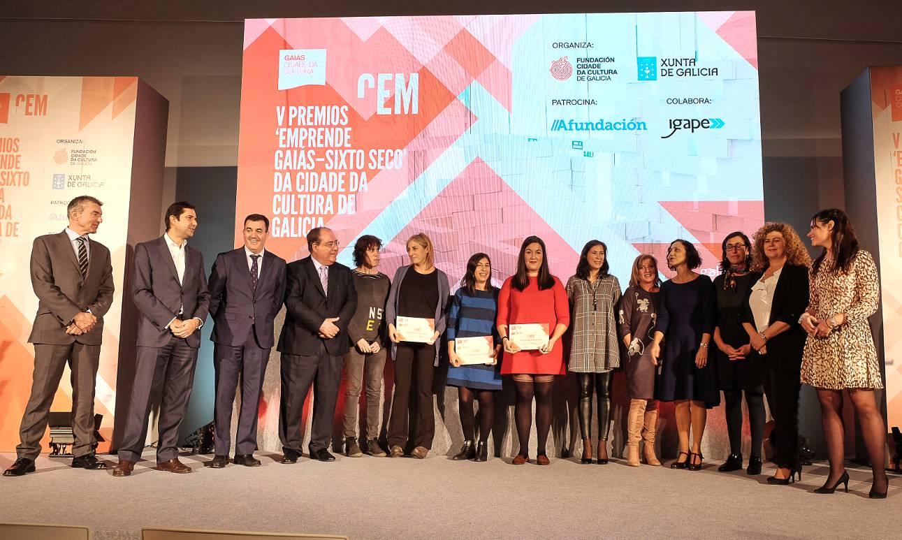 Fotografía de familia de premiados e autoridades presentes na entrega de galardóns na Cidade da Cultura. Foto: CdC  - FOTO: CdC