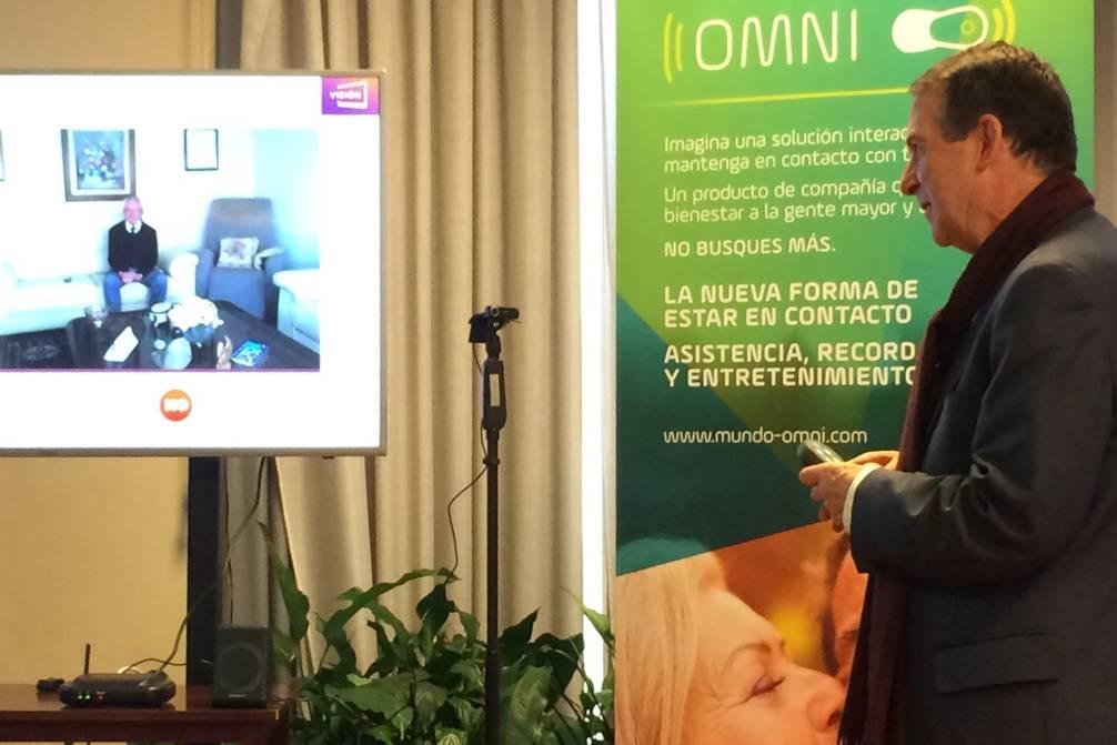 Abel Caballero en el momento de estrenar el dispositivo en conversación con José María Franco - FOTO: Maite Gimeno
