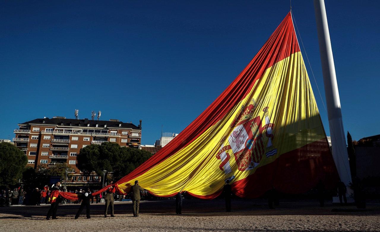 Izado de la bandera nacional en la Plaza de Colón de Madrid con motivo del Día de la Constitución - FOTO: Efe