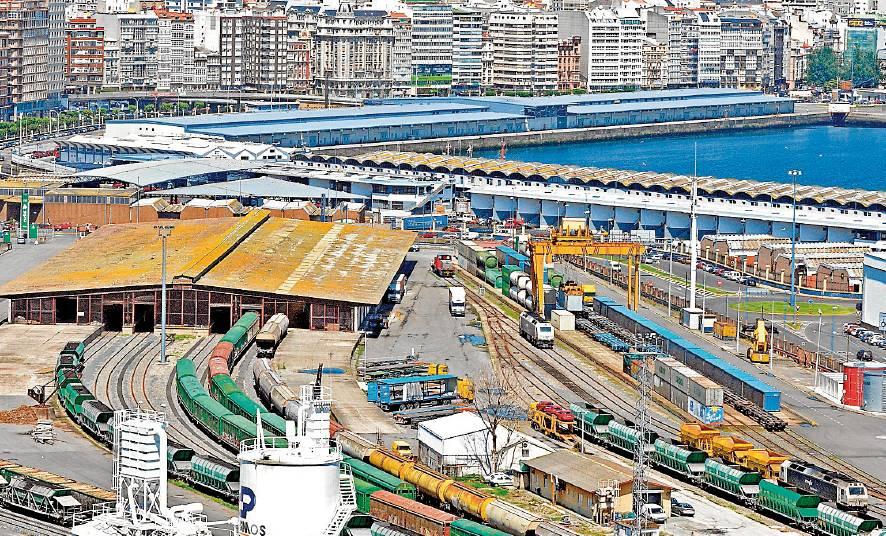 La terminal logística de Adif en San Diego (A Coruña), en plena actividad de contenedores en 2009, a la derecha, hoy inexistente - FOTO: ALMARA