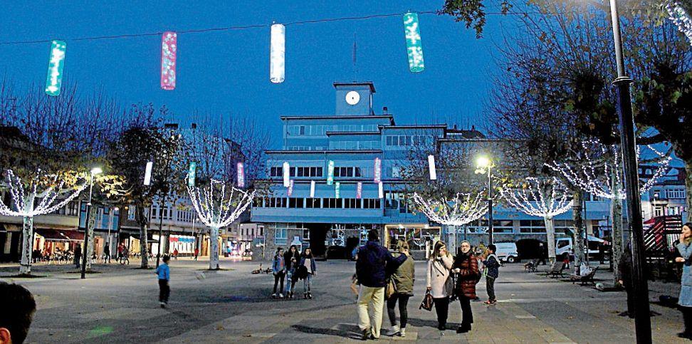 O Concello xa acendeu o alumeado de Nadal, que foi actualizado con novos obxectos decorativos - FOTO: C.C.