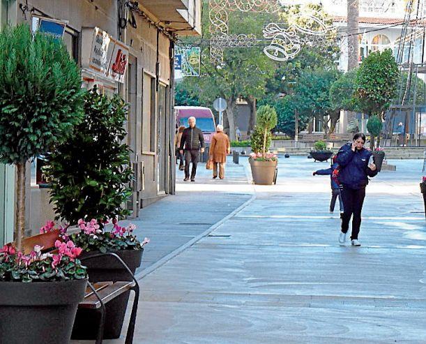 Tramo de la céntrica calle Rosalía de Castro de Ribeira que acaba de ser peatonalizado, entre el consistorio y la rúa de Galicia - FOTO: Suso Souto