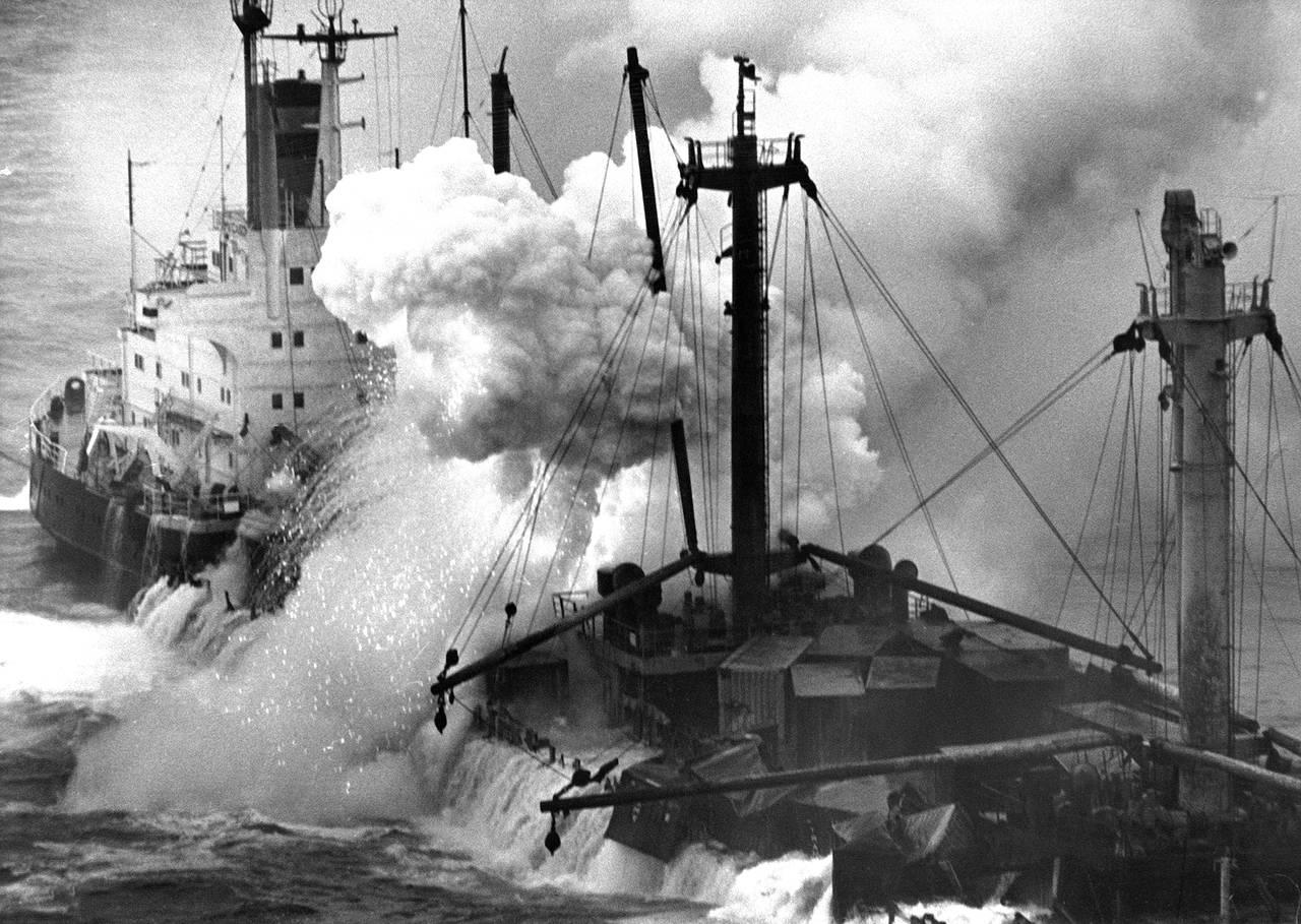 Imagen del Cason encayado mientras se sucedían las explosiones y un humo espeso cubría el buque - FOTO: Manolo Blanco