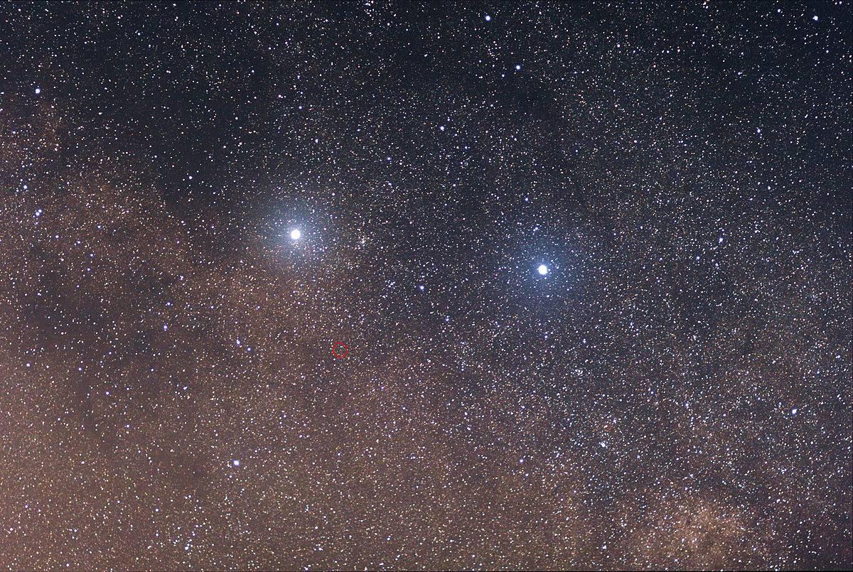 Las dos estrellas brillantes son (izquierda) Alpha Centauri y (derecha) Beta Centauri. La que está rodeada por un círculo rojo es Proxima Centauri. - FOTO: Wikipedia