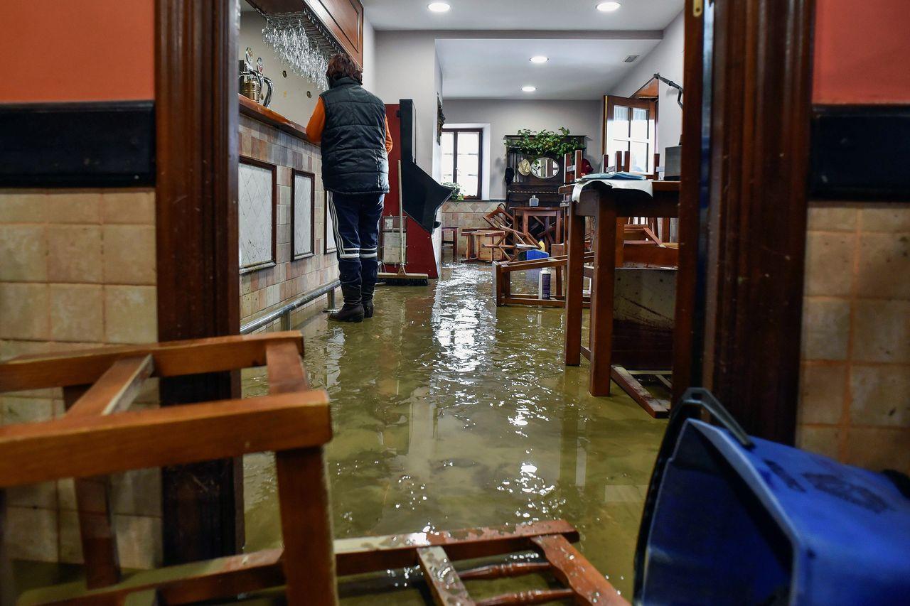 Interior de unos de los locales de hostelería que se vieron afectados por la tromba de agua - FOTO: EFE