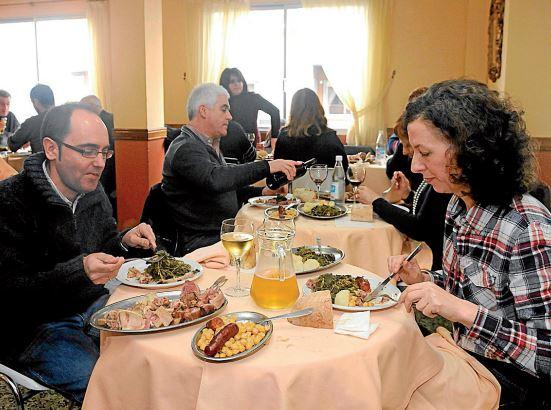 Comensales degustando el rico plato de Lalín durante una de las pasadas ediciones del Mes do Cocidoo.  - FOTO: Sangiao