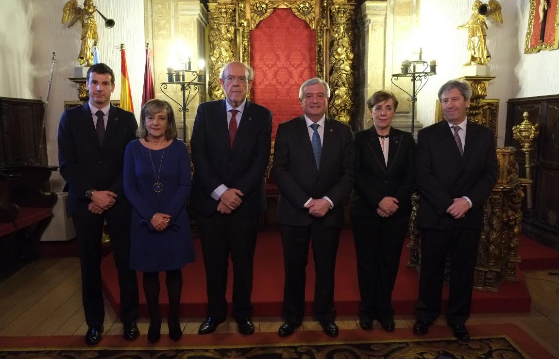 Álvarez Escudero, tercero por la izquierda, con Viaño, a su lado, y el resto del equipo del Decanato. - FOTO: ECG