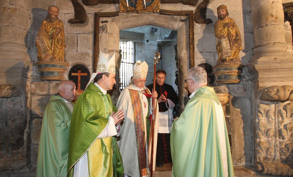 Monseñor Barrio en el cierre de la Puerta Santa.  - FOTO: R.E