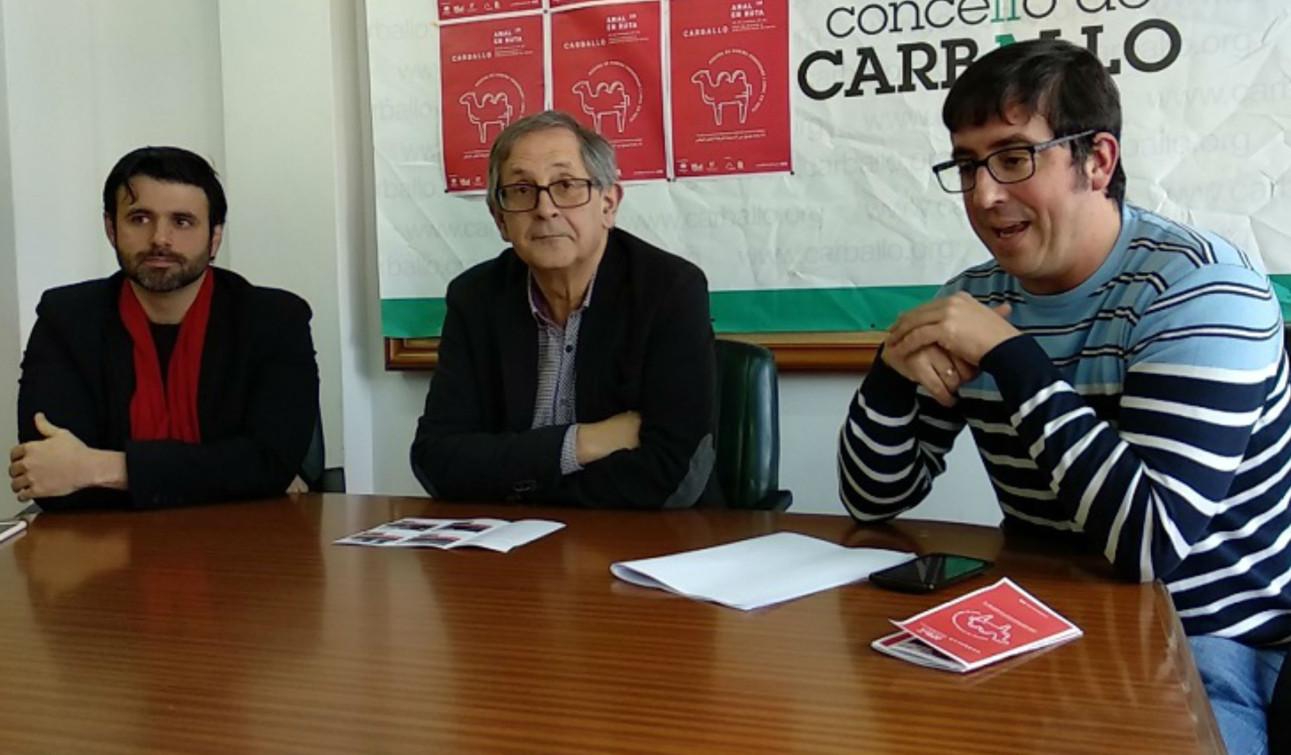 Ghaleb Jaber, esquerda, Evencio Ferrero e Marcos Trigo presentaron o ciclo de cine árabe.  - FOTO: Concello de Carballo