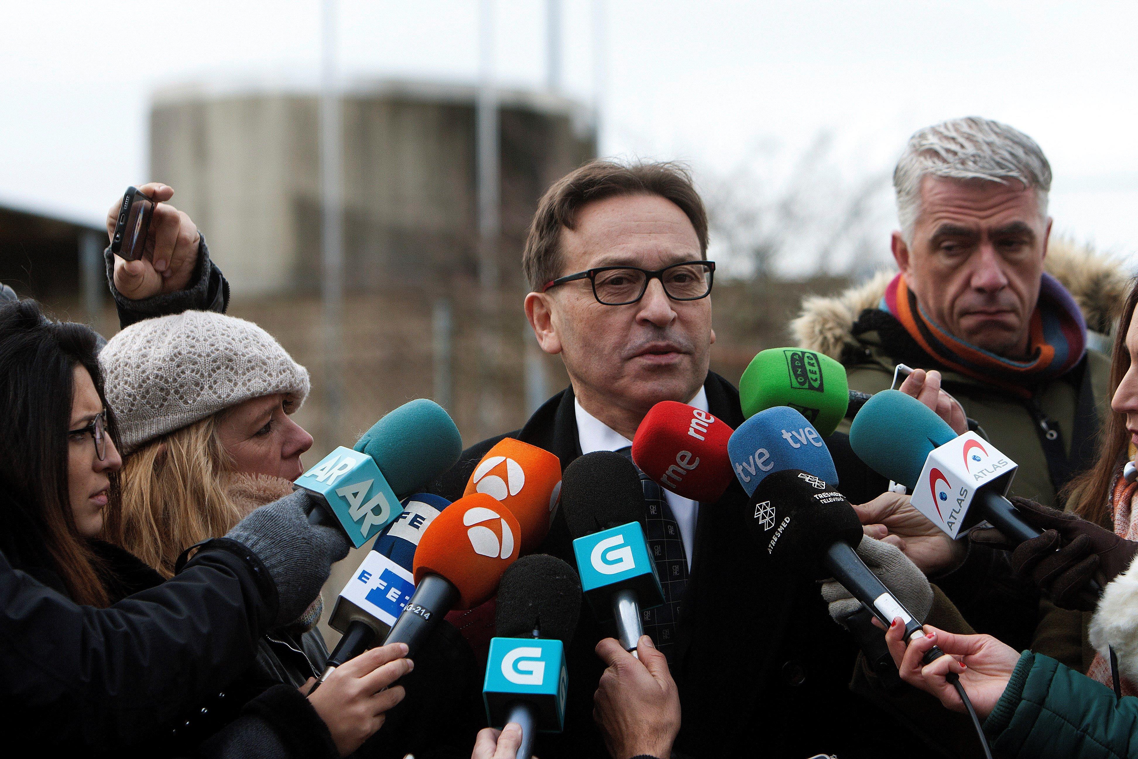El abogado Ramón Sierra comunicando su decisión de dejar de representar a José Enrique Abuín Gey, el Chicle - FOTO: EFE